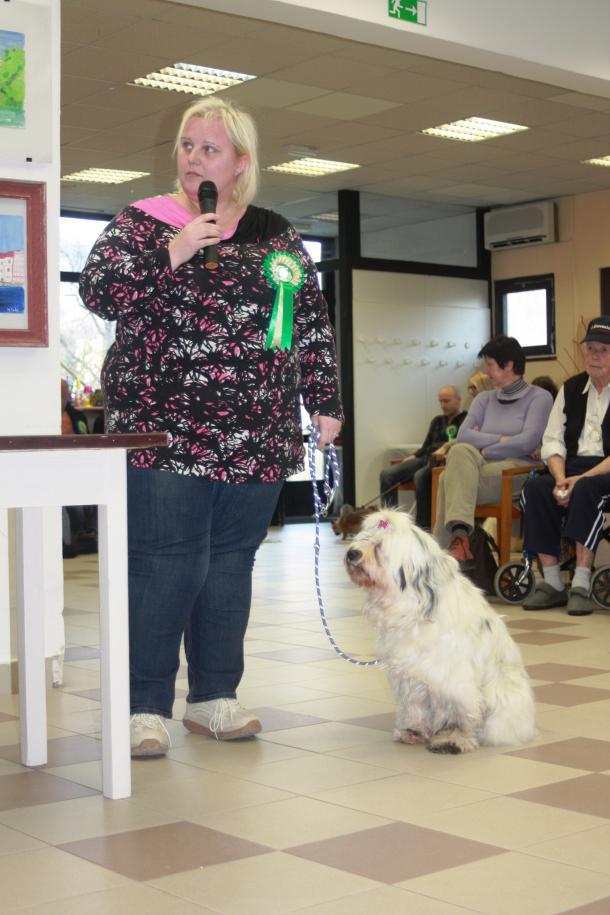 Tina Letnar s svojo Tiso rada prihaja na srečanja v domove starejših. Foto: Roman Turnšek